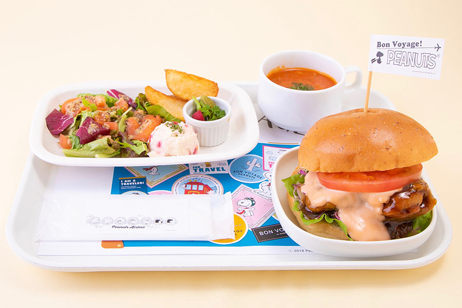 「PEANUTS」のガールズキャラクターのカラーをイメージした「機内食プレート チキンバーガー」(1500円)