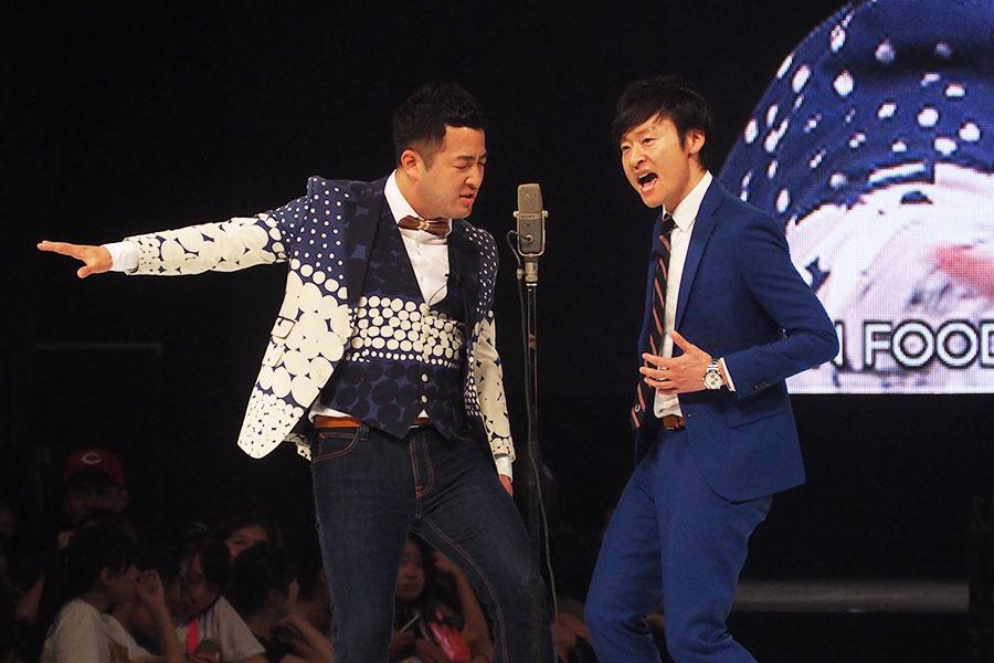漫才では、水田の指示によりポーズを付けて歌う川西