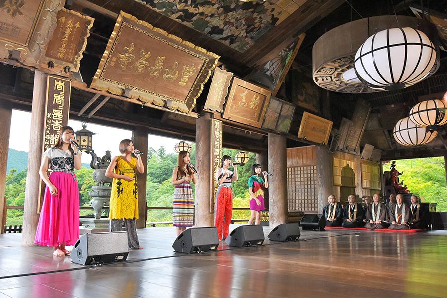 「長谷寺」(奈良県桜井市)の本堂で熱唱するリトグリ