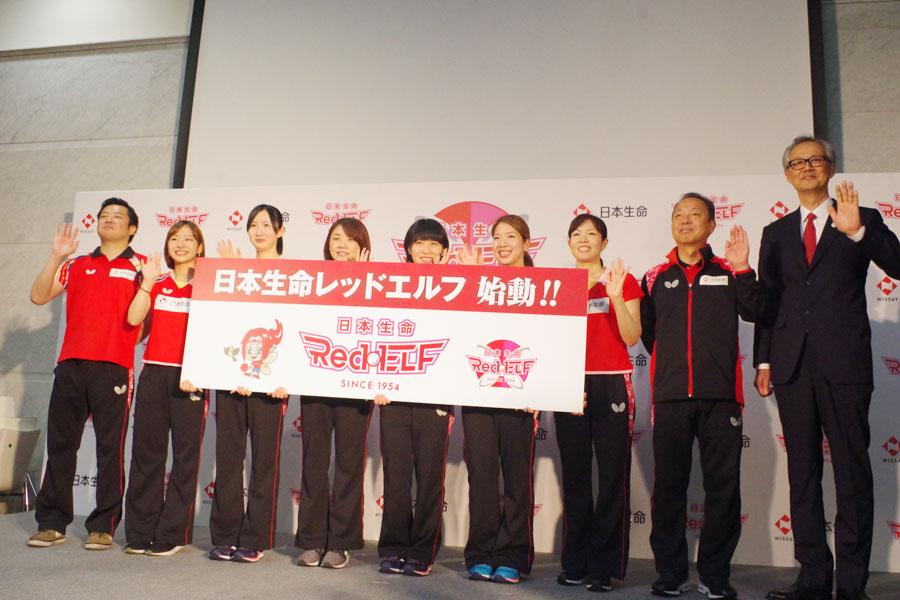 発表会に出席した選手ら。左から竹谷コーチ、前田選手、早田選手、石垣選手、平野選手、森選手、岸田監督、村上総監督、中村専務
