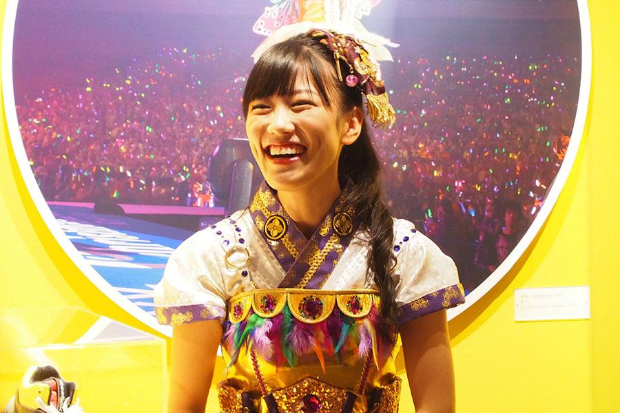 「大丸ミュージアム<梅田>」の会場にゲリラで登場した高城れに(17日、大阪市内)