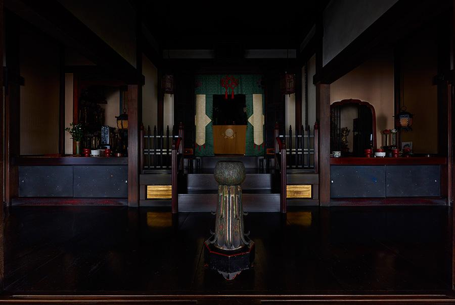 山口和也「空花」 画像下部の小襖に描いた作品。襖絵の紙を自ら漉くところから始め、早朝の座禅で感じた闇の粒子から作品の方向が定まった