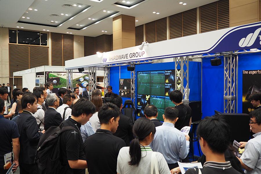 「新しいスポーツ」として認識が広まる「eスポーツ」関連のブース(30日・大阪市内)