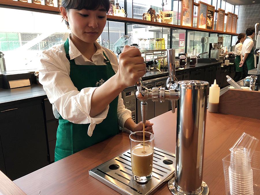 バリスタが、オーダーごとにタップからグラスに注ぐ「ナイトロ コールドブリュー コーヒー」