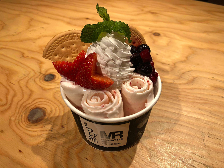 「ストロベリー&ベリー」はアイスにもしっかりベリーの味が練り込まれている