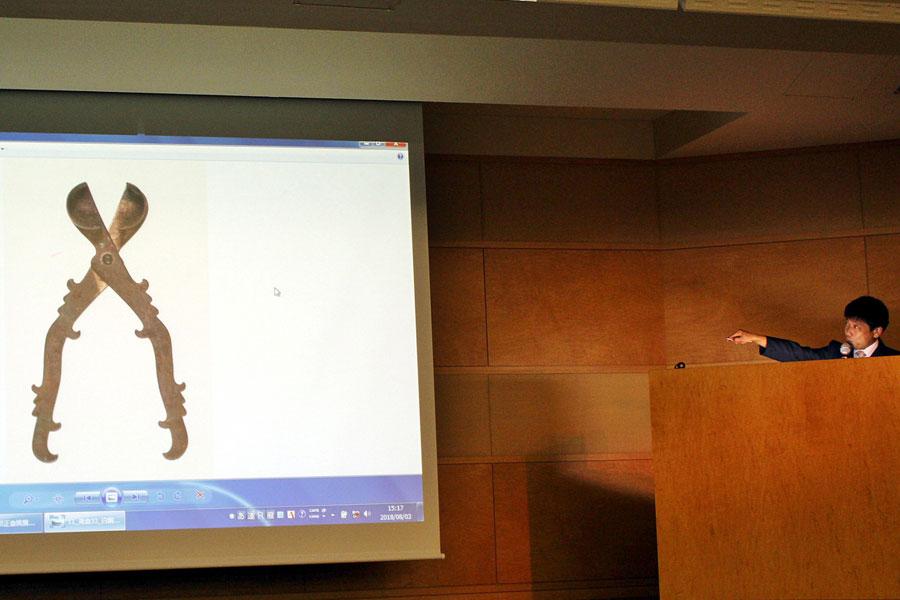 新羅との交流を説明する工芸考古室長の清水健さんと用途が判明した「白銅剪子」