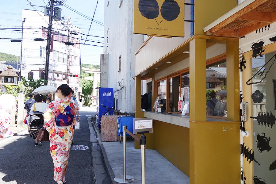ジェレミー&ジェマイマ祇園店の隣にある、小さな扉が入り口。お店で選んで、支払いは隣にて