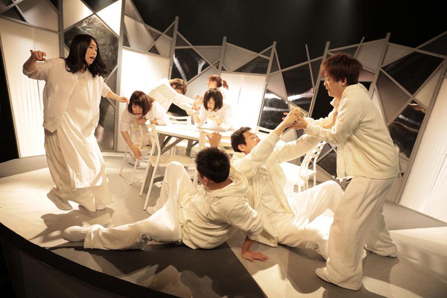 匿名劇壇のメンバーら。舞台『レモンキャンディ』(2017年5月)より 写真/堀川高志(kutowans studio)