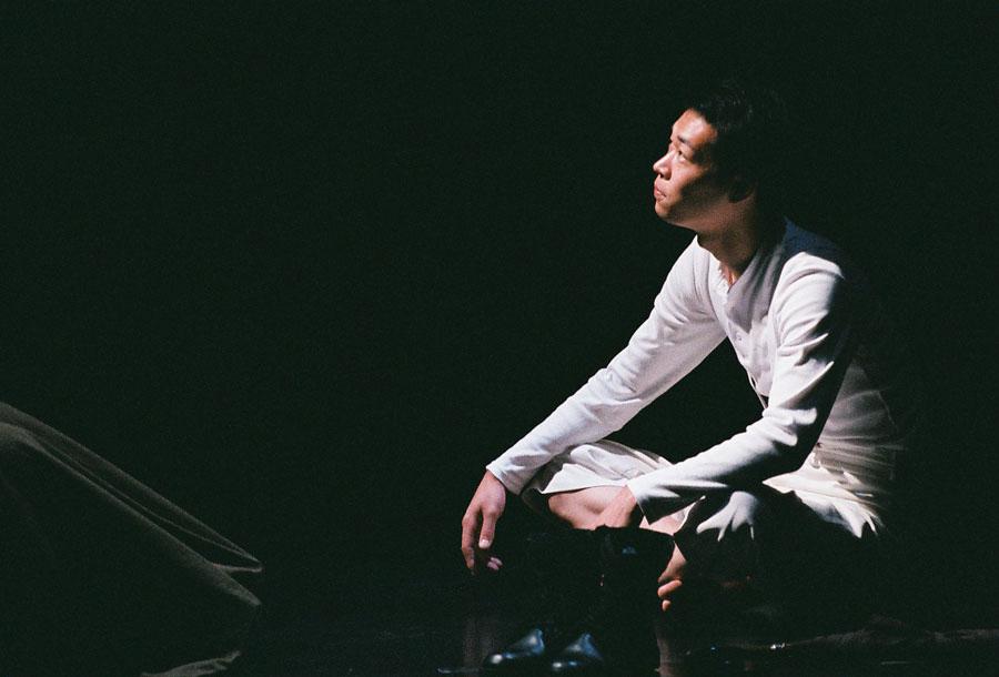 水沼が代表をつとめる劇団・壁ノ花団の公演『そよそよ族の叛乱』に出演した福谷 写真/平野愛