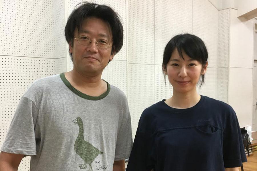劇団員の松原由希子(右)との2ショットに笑顔の水沼