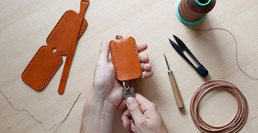 革の両端を丁寧に縫って、形を整えていく