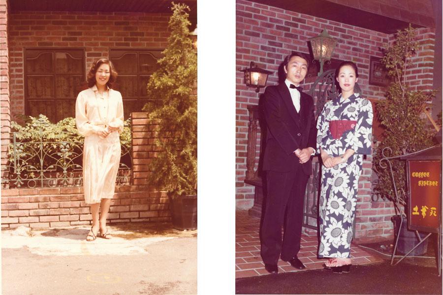 創業時の「土筆苑」をバックに撮影された、当時の玉置洋子オーナーの姿