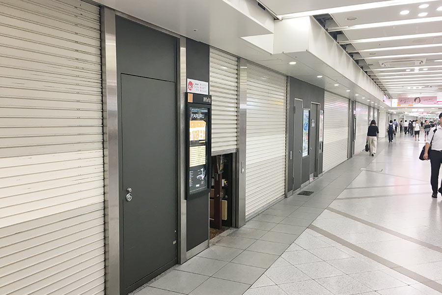 普段は多くの人で溢れかえる「ホワイティ梅田」も、台風20号の接近により人の姿もまばらに(23日・大阪市内)