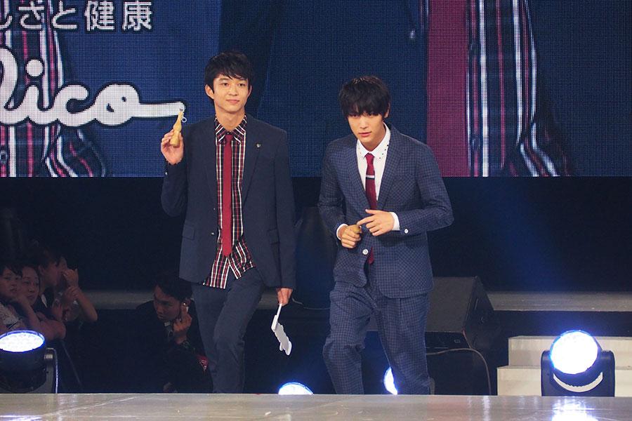 「パピコ」を手にランウェイを歩く、鈴木(左)と中川