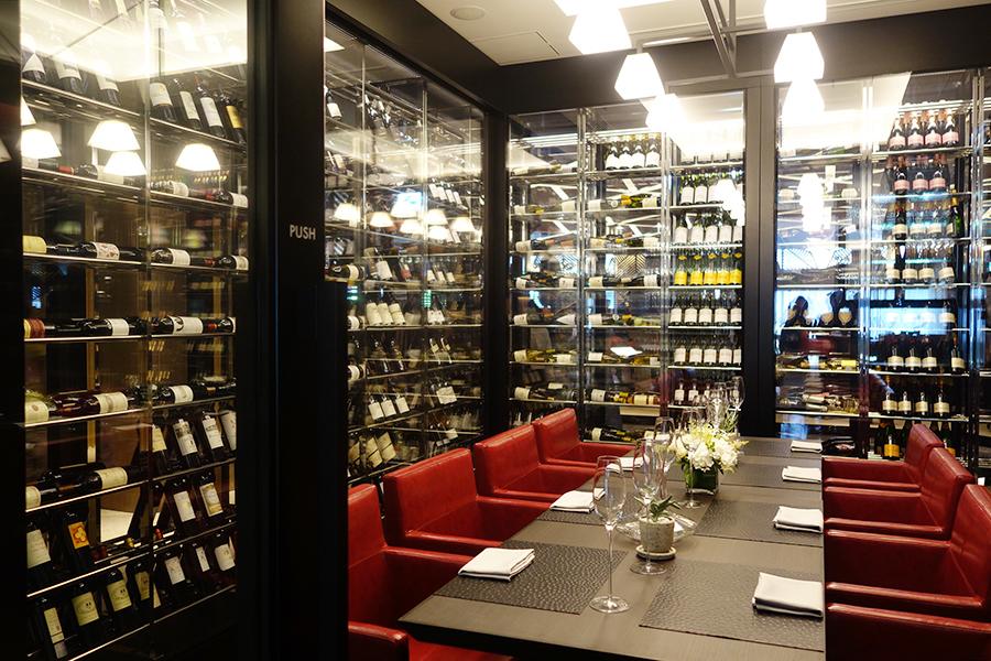 8万円の利用料金がかかるワインルーム。ワインに合わせたグラスも充実