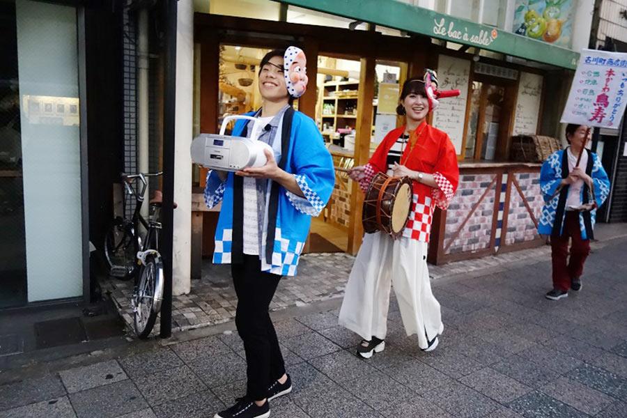 チンドン屋をめいっぱい楽しんだ村上佳菜子(右)とその器用さに驚いた織田信成