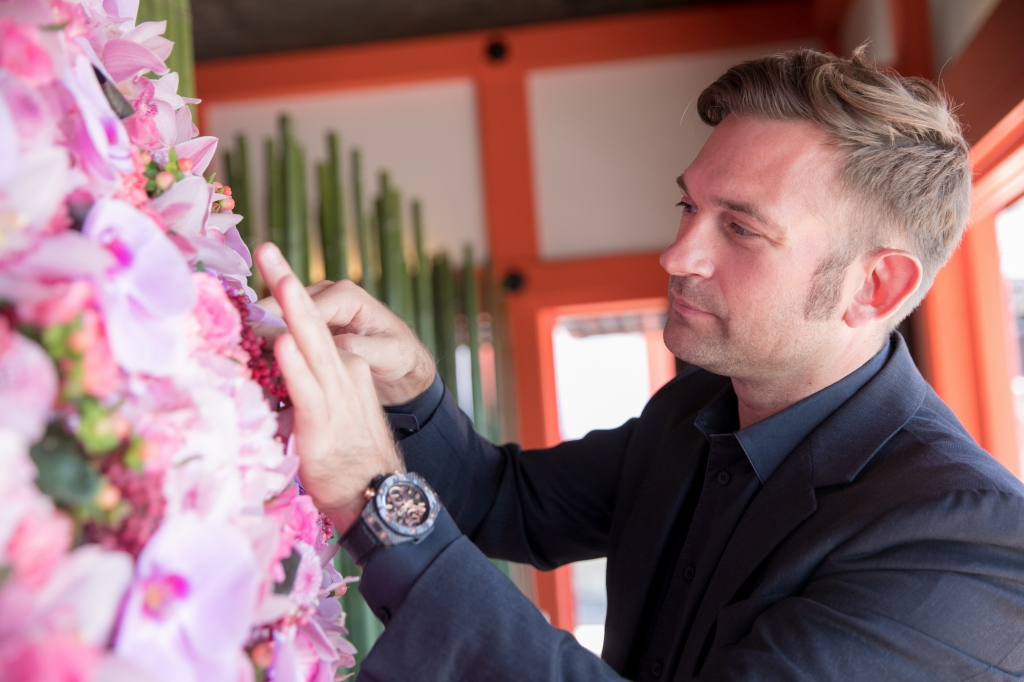 「球体に花のパワーを注ぎ、そこから流れるパワーをピンクのリボンにみたて、皆さんに繋げ、伝えていくデザインです」とバーグマンさん