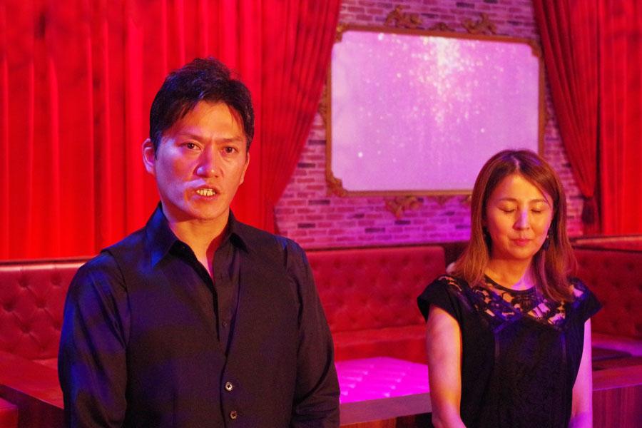 『ホテル・アルバート・ラウンジ&フォト・スポット』で会見する総合プロデューサーの津野庄一郎さん(左)とプロジェクトリーダーの廣畑直子さん