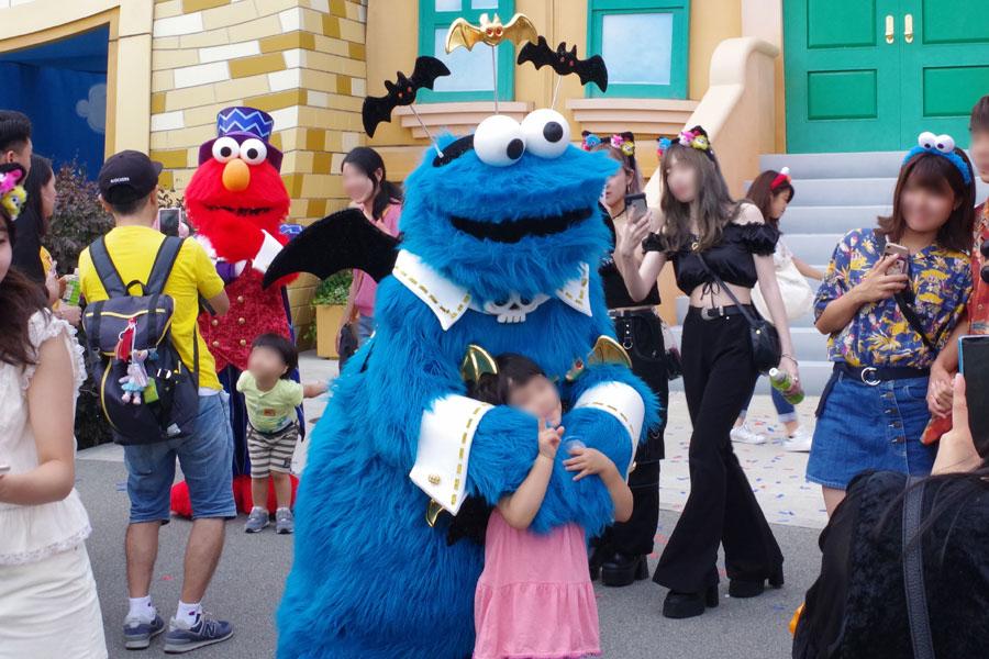 「ユニバーサル・ワンダーランド」には人気キャラクターたちがハロウィン衣装でグリーティング