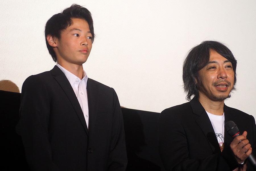 窪塚愛流(左)と豊田利晃監督(9日・大阪市内)