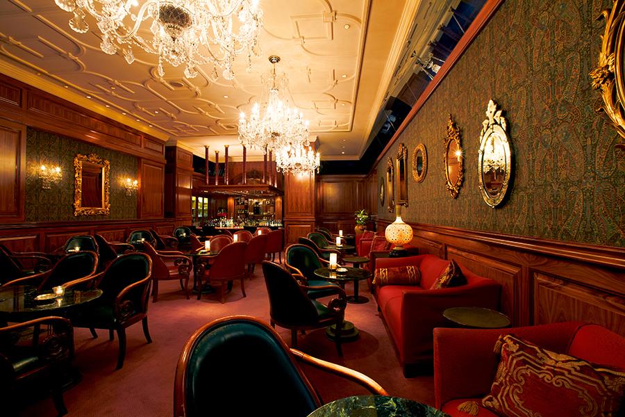 シャンデリアが煌めき、クラシカルな空間が魅力のエグゼクティブバー「Blue Bar」