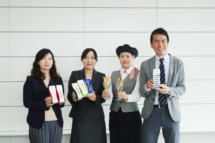 新フレーバーの開発に加わったメンバー。右から2番目が、「そごう神戸店」のスイーツアテンダント山本さん、一番右が、「江崎グリコ」の大森さん