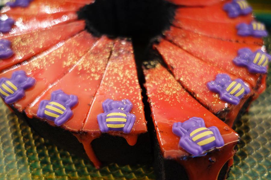 血みどろ黒シフォンケーキ「普段ならないような色の組み合わせですが、ハロウィンだからこそできること」とシェフ