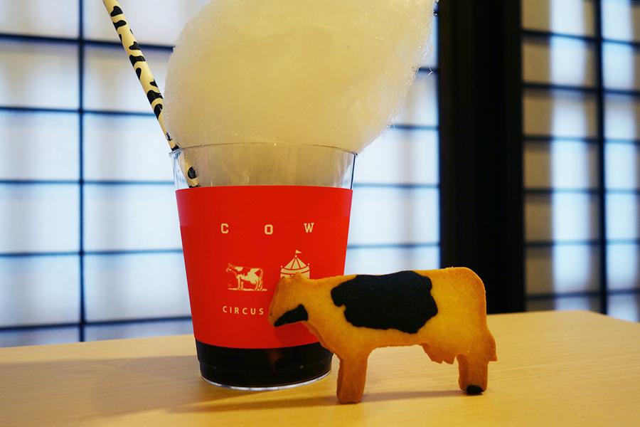 「泡パック体験」した先着100名に、京都の「サーカスコーヒー」のコーヒーと、牛乳石鹸と同じ牛乳を使ったサブレをプレゼント