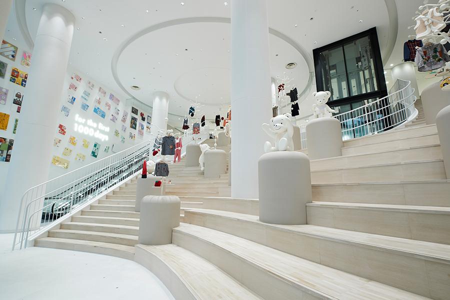 階段は上がるだけでなく、自由に座れるためのエリアもあり段差が異なる