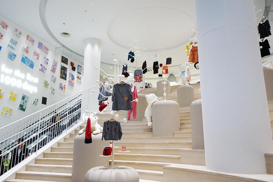 エントランスの大階段には、子どもの成長を表現したポーズのファミちゃん。エスカレーター横にもアートワークを展示