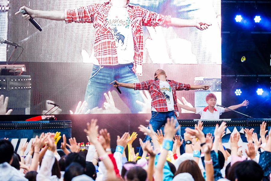 「加藤さ〜ん!」「加藤〜!」というファンからの声援に、「はい加藤さんですよ〜」と応えていたファンキー加藤 写真提供:FM802