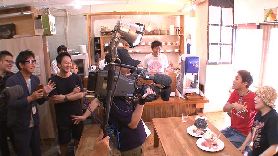 『ちちんぷいぷい』でスイーツを堪能する浜田雅功と藤山直美 写真提供/MBS