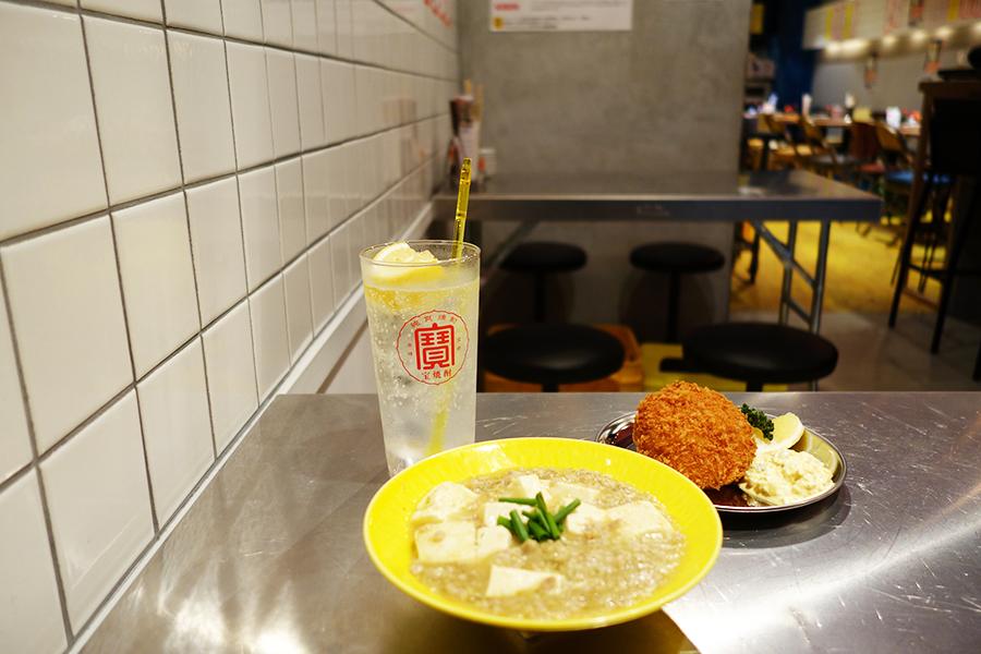 レモンサワー500円。皮を取った薄切りレモンが塩味によく合い、食欲をそそるアクセントになったレモンの麻婆豆腐700円。カニクリームコロッケ・レモンタルタル680円