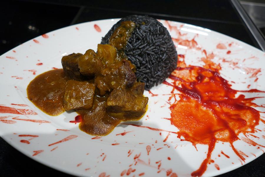 ハロウィン仕様なカレー「盗賊カレー ブラッドソースとブラックライスと共に」。赤いソースはビーツ