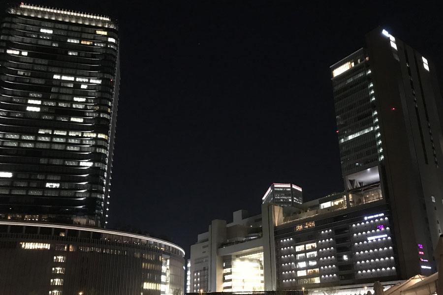 JR西日本では4日の午前10時には運行取りやめが発表。写真は夜のJR大阪駅北側