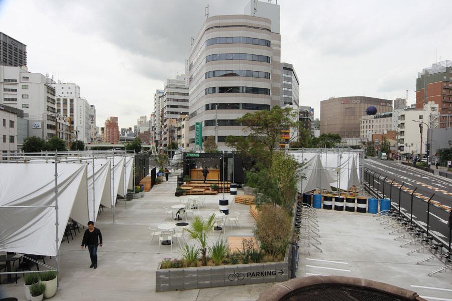 真ん中が自由に利用できる公園エリア、左のテントがカフェエリア、右奥のテントがBBQエリア