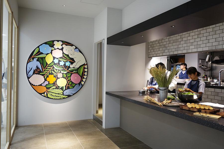 レストラン「color of time」の壁には、鹿児島陸による作品。元・神戸元町店のファミちゃんのポーズをオマージュしたそう