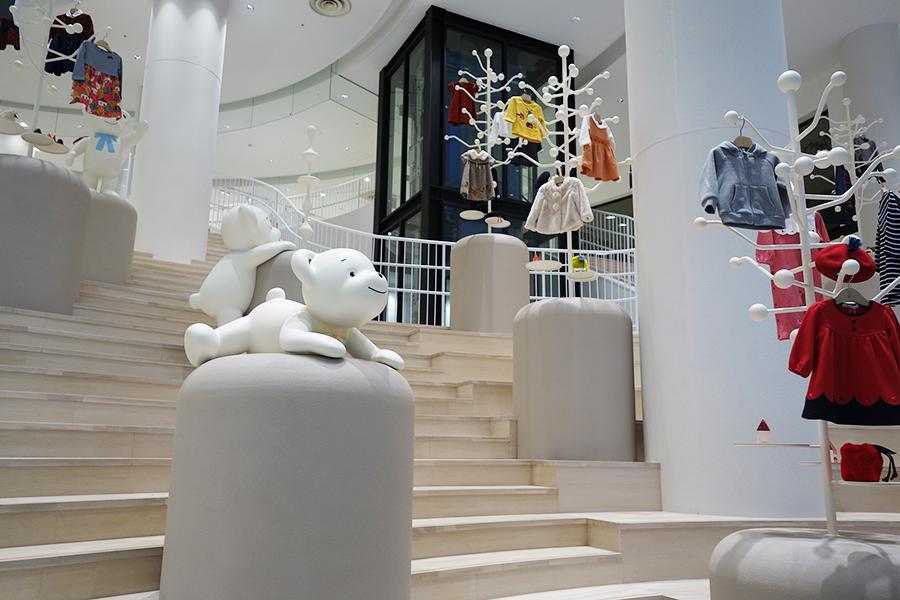 大階段には子どもの成長に合わせたポーズを表現する、ファミちゃん