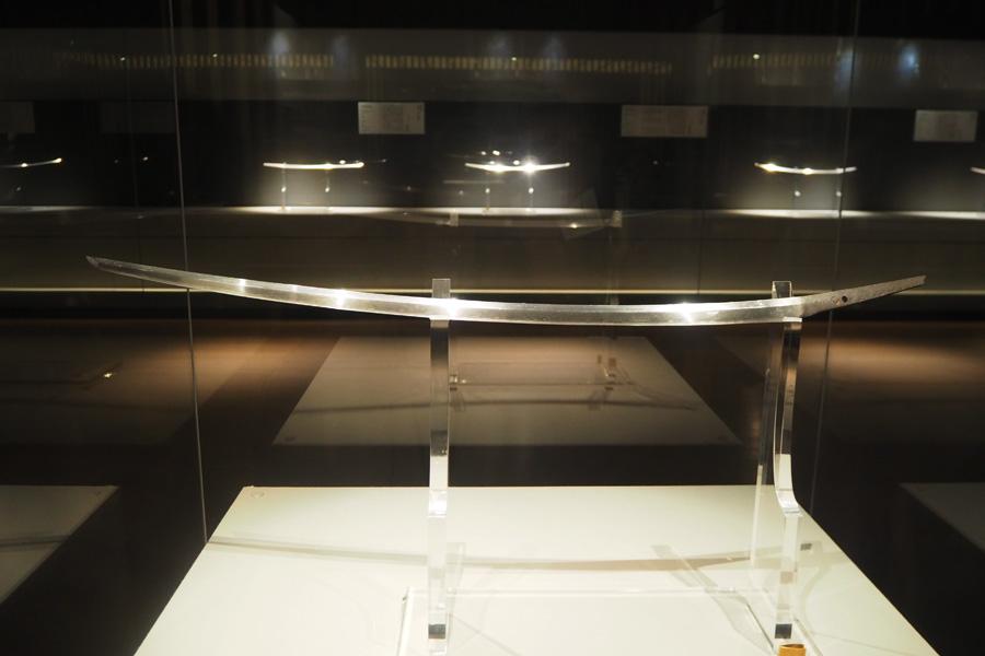 天下五剣のなかでも最も美しいとされる、国宝「太刀 銘三条(名物三日月宗近)」。360度全方向から鑑賞できる展示に
