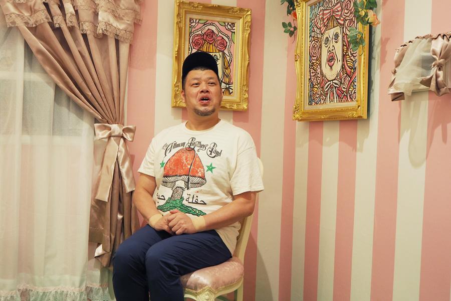 「学生時代に住んでた部屋を再現しました」という『チェチェナちゃんの乙女部屋』に座るくっきー(11日・大阪市内)
