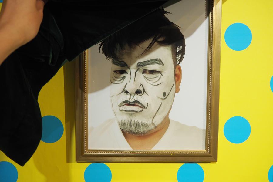 カーテンをめくると、これまでにくっきーが白塗り顔モノマネをした作品が現れる。写真は宮迫博之