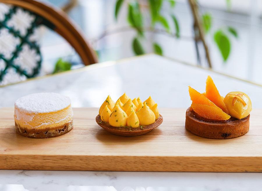 左から、北海道クリームチーズのチーズケーキ、レモンがたっぷり入った「タルト シトロン」、オレンジの香り豊かな「タルト オランジェ」各540円