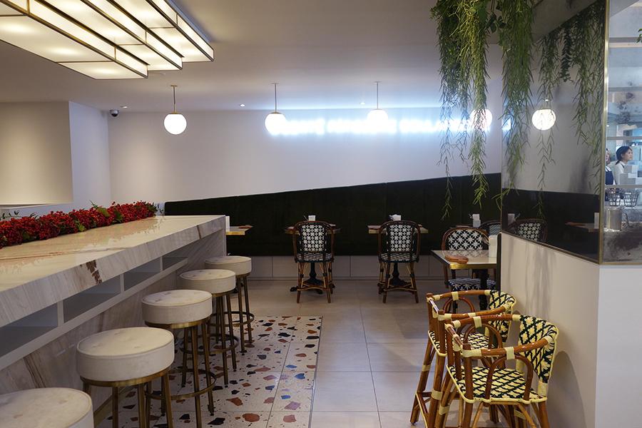 カフェスペースは、カウンター席、ソファ席、テーブル席など気分に合わせて選べる