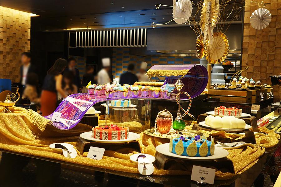 ブッフェ台のセンターには、カラフルなカップケーキが並ぶ魔法の絨毯