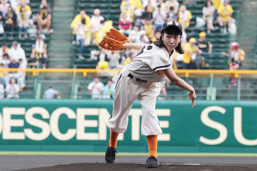 初めてとは思えない、見事な投球フォームでボールを投げた安藤サクラ(15日・阪神甲子園球場)