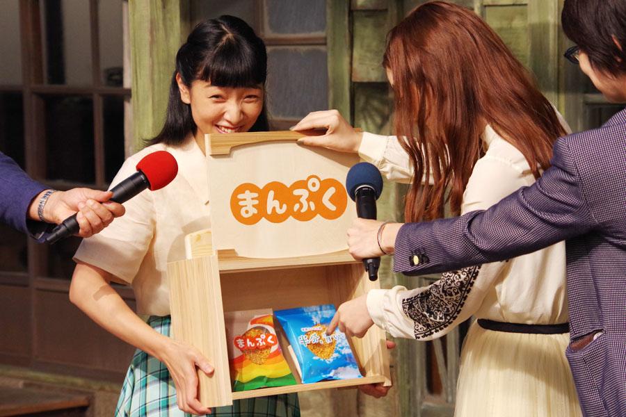 オリジナルラーメンを見て、「うわーっ!え?」と一気にテンションがあがった永野芽郁(右)と安藤サクラ