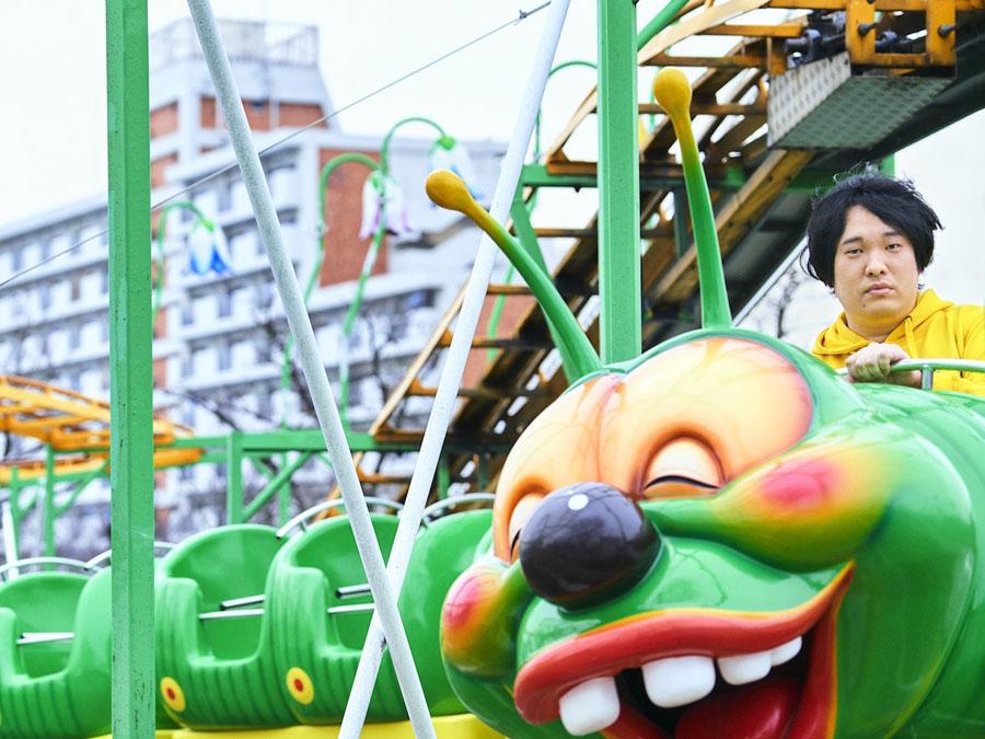 いも虫型のジェットコースターに乗る岡崎体育 写真/神藤 剛