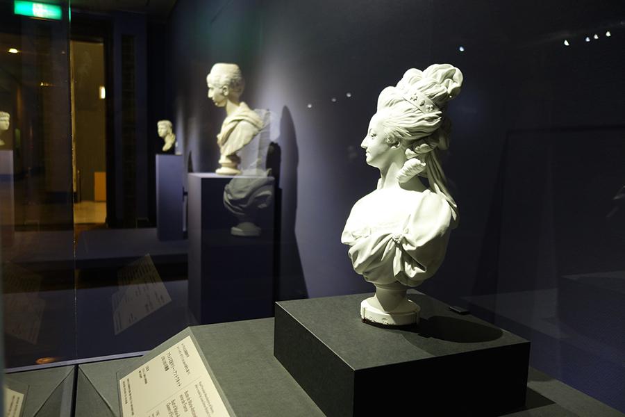 《フランス王妃マリー=アントワネット(1775〜1793)の胸像》など