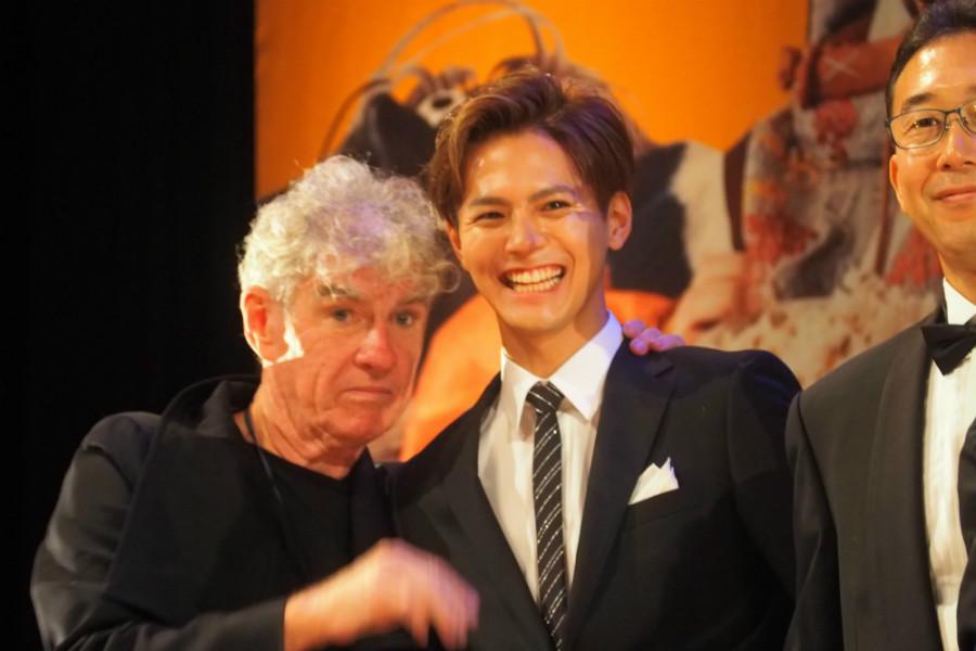 功労賞に輝いた撮影監督のクリストファー・ドイル(左)と片寄涼太(20日・奈良市内)