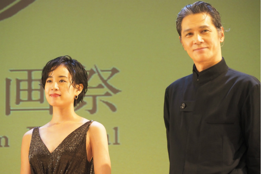 奈良が舞台の映画『二階堂家物語』に出演した加藤雅也(右)と石橋静河(20日・奈良市内)